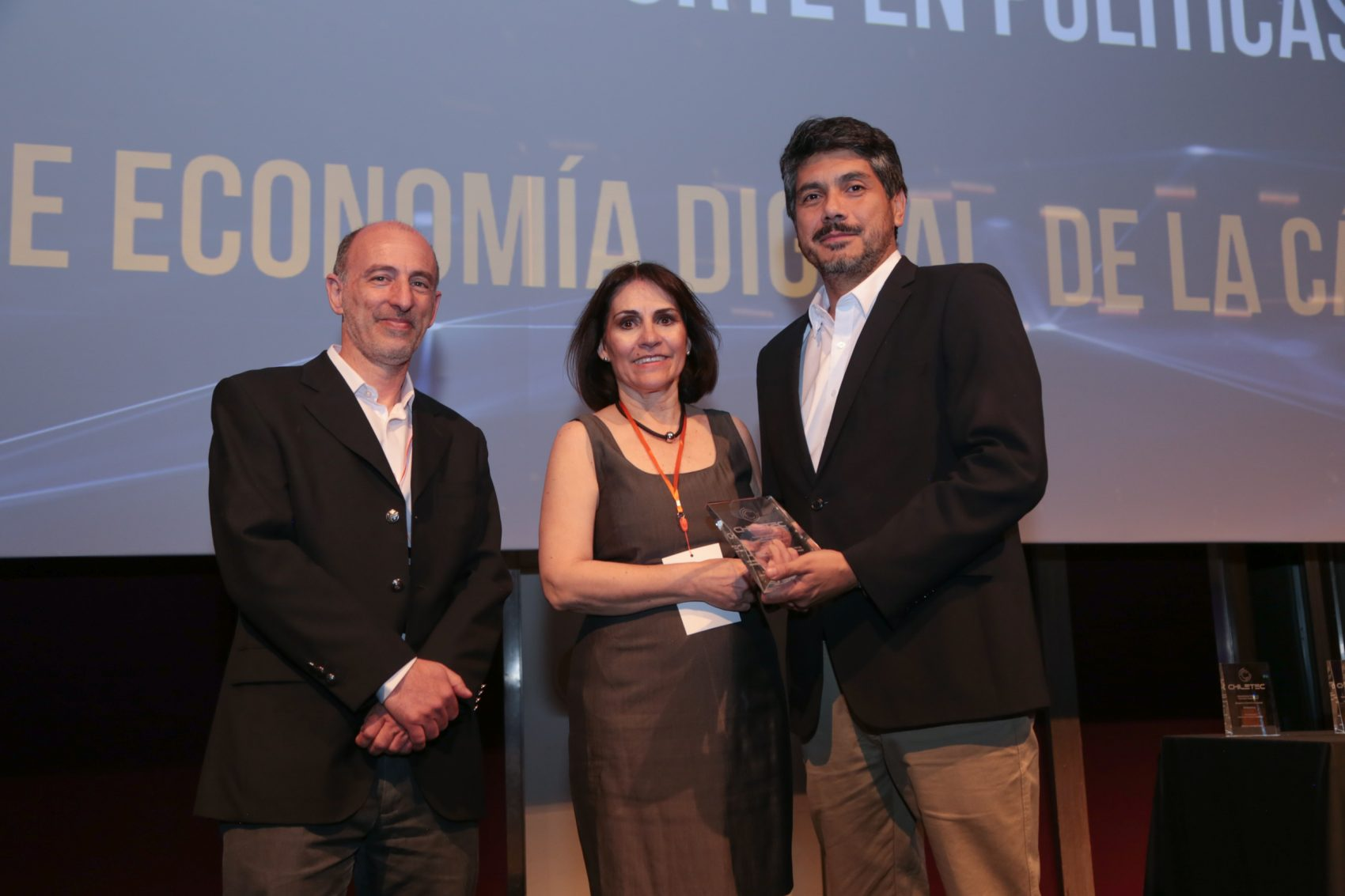 """Chiletec entregó al Centro de Economía Digital de la CCS el premio """"Aporte en Políticas Públicas en Tecnología"""" del 2018."""